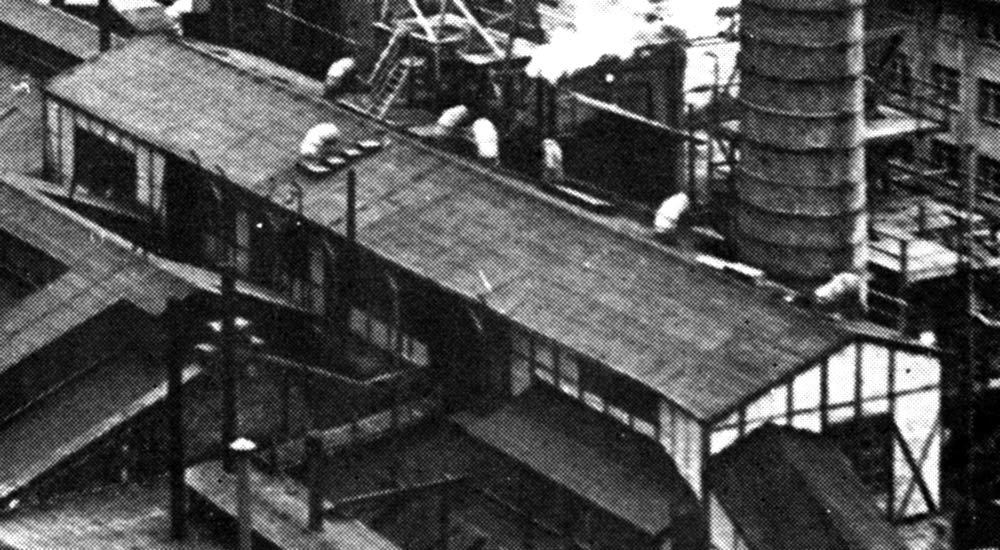 Fotografie (Aussschnitt): Ehemalige Zyklon-Produktionsstätte auf dem Dach des Apparate und Ofenhauses des VEB Gärungschemie Dessau, 1971 (Quelle: 100 Jahre Chemie in Dessau, Dessau 1971)