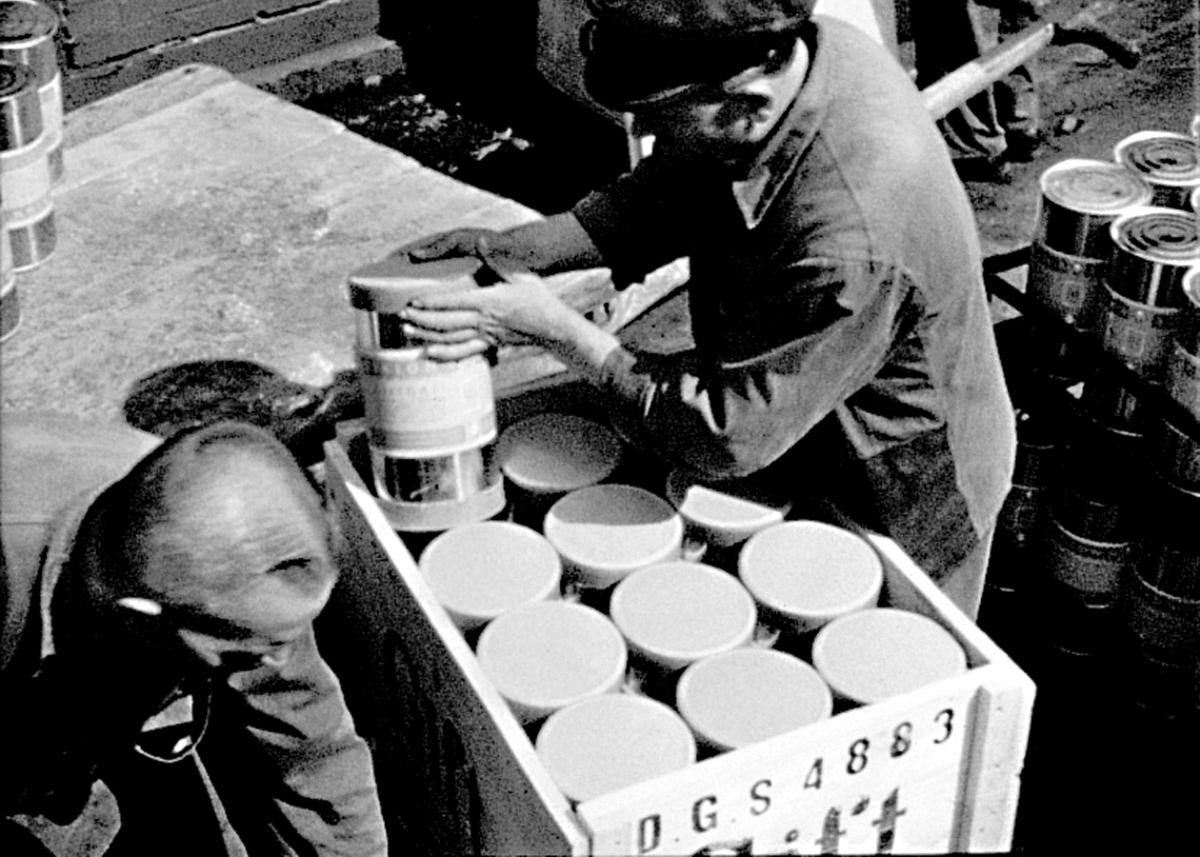 Filmausschnitt: Verpackung von Zyklon-B Dosen in der DZR; Werkfilm »Verwertung schafft Werte«. (Quelle: Kohel 1939/Bundesfilmarchiv Berlin)